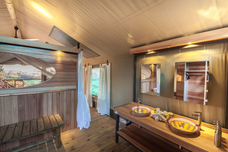 En suite bathrooms at Rra Dinare boast indoor and outdoor showers