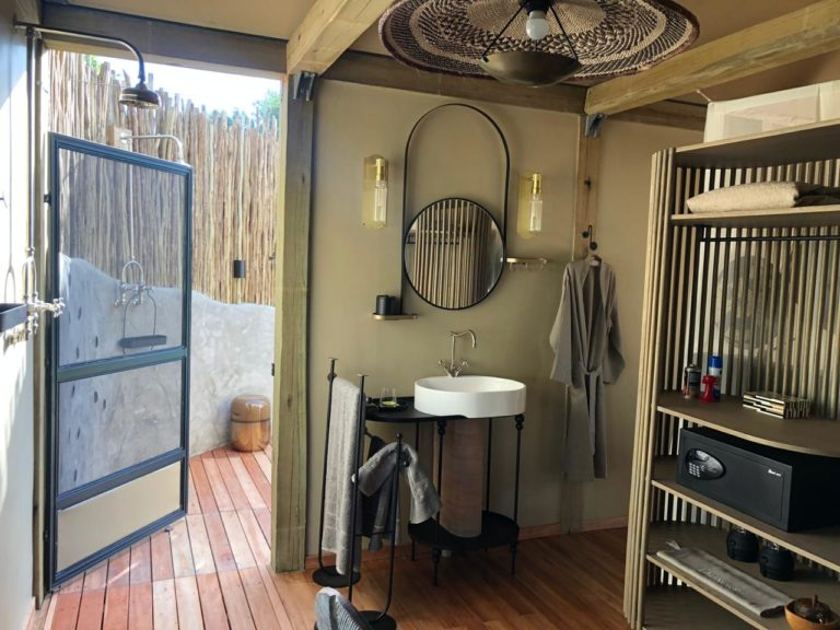 Guests are treated to indoor and outdoor ensuite bathrooms at Khwai Leadwood