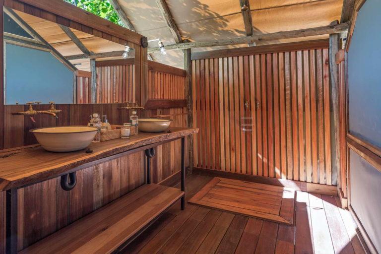 Saguni Safari Lodge ensuite bathroom in wood